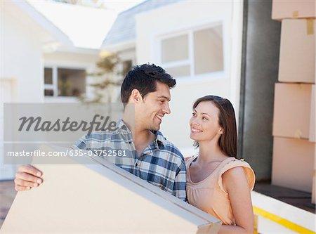 Couple transportant boîte de camion de déménagement