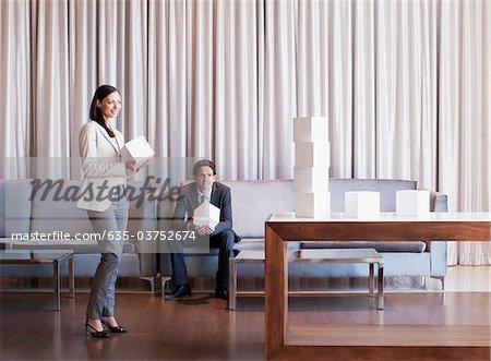 Business people Stapeln Würfel in der Hotel-lobby