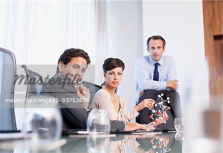 Geschäftsleute arbeiten mit Molekül Modell im Konferenzraum