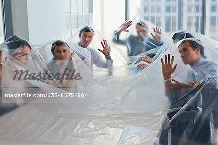 Geschäftsleute aus Kunststoff im Konferenzraum abgedeckt
