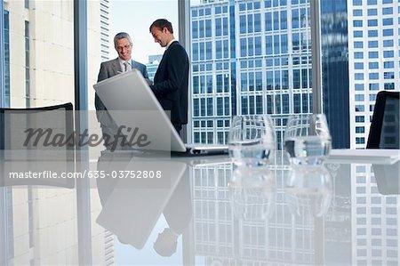 Geschäftsleute im Konferenzraum zusammen arbeiten