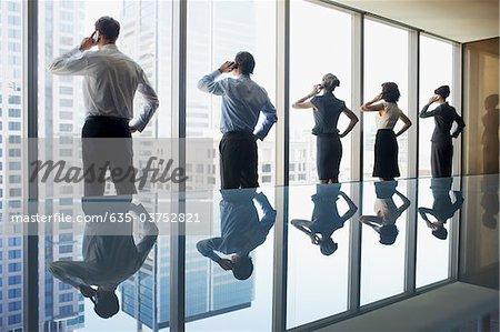 Geschäftsleute, die Nutzung von Mobiltelefonen im Konferenzraum