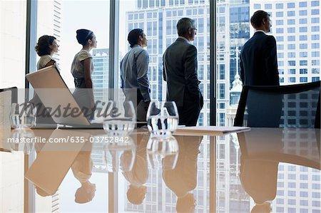 Geschäftsleute im Konferenzraum aus dem Fenster schaute
