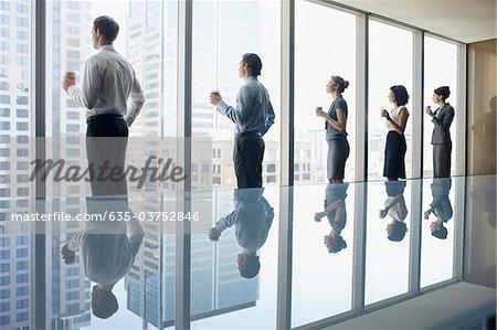 Geschäftsleute, Kaffee zu trinken und Fenster im Konferenzraum mit Blick