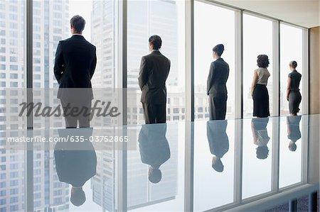 Geschäftsleute, Konferenz Zimmer Fenster zusammen mit Blick