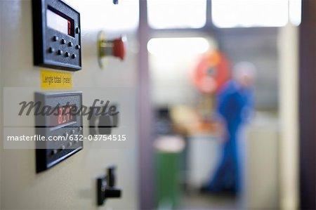 Nahaufnahme des Control Panels auf Webmaschine in Teppich Teppichfliesen Fabrik