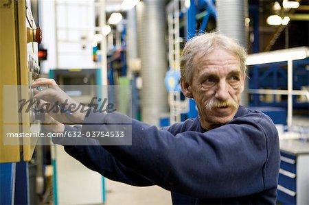 Textilmaschine Arbeiter Regulierung im Teppich Teppichfliesen Fabrik