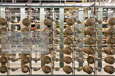 Bobines de fil sur la machine de tissage de tapis