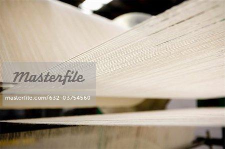 Métier à tisser dans la fabrique de dalles de moquette pour tapis
