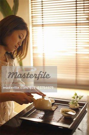 Eine Frau, eine Tasse Tee machen