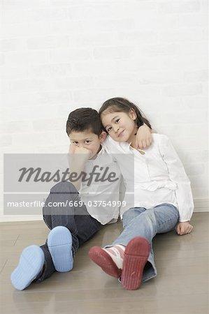 Kinder die Hände auf die Schultern