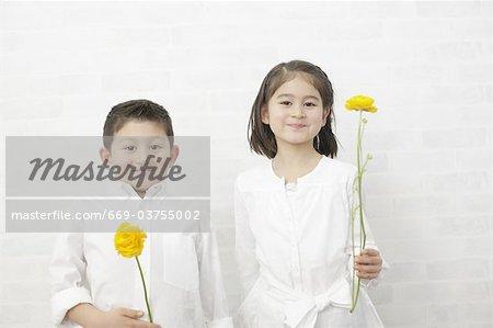 Kinder halten Blumen