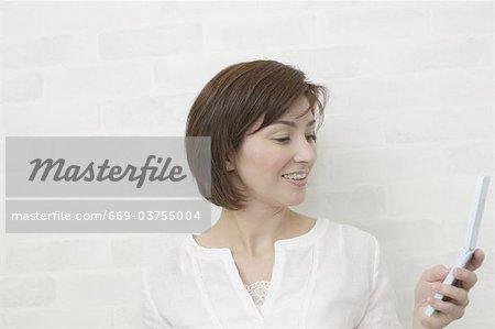 Eine Frau mit Handy