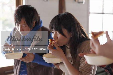 Junge Menschen mit Mittagessen