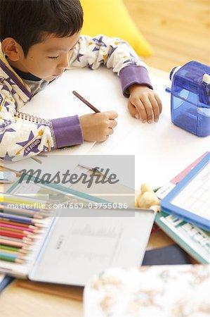 Ein Junge, Hausaufgaben