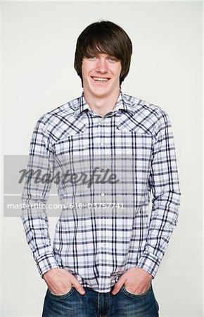 Junger Mann im karierten Hemd, Porträt