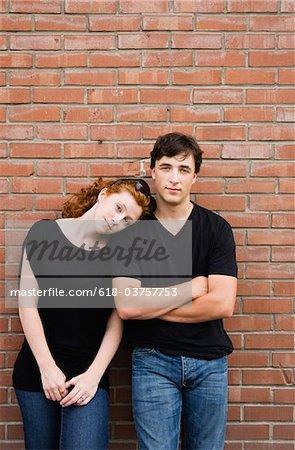 Junges Paar an die Wand gelehnt Porträt
