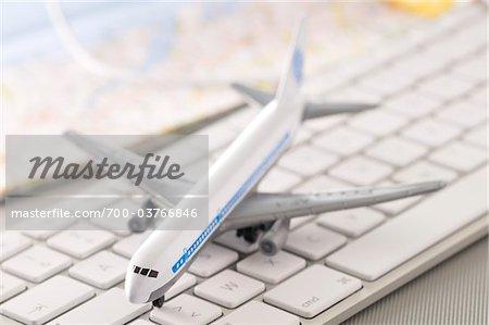 Modellflugzeug auf Computer-Tastatur