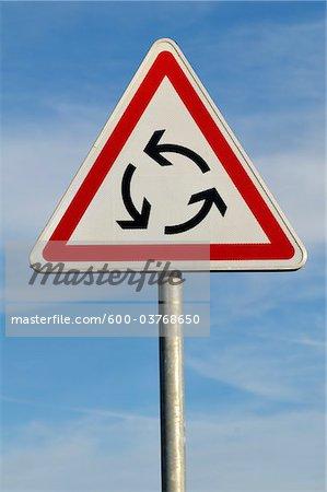 Rond-point suivre signe