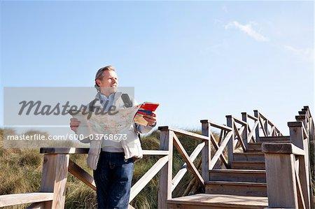 Homme tenant carte, Cala Ratjada, Majorque, îles Baléares, Espagne