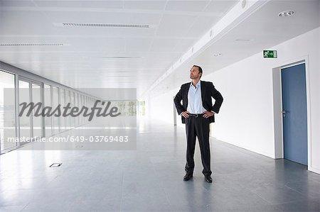 Homme d'affaires dans un bureau vide