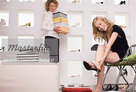 Jeune femme dans un magasin de chaussures
