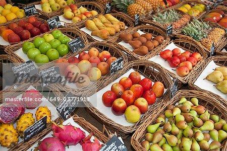 Verschiedene Früchte auf einem Markt präsentiert