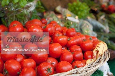 Un panier rempli de tomates sur un marché