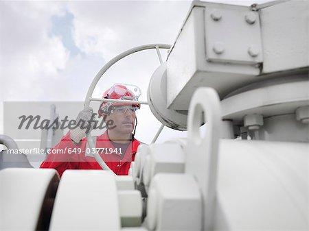 Arbeitnehmer mit Ventil Gas Speicher im Werk