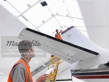 Ingénieurs avec des avions à réaction