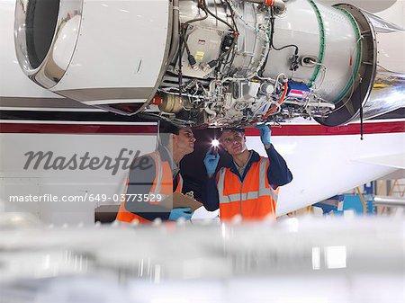 Ingénieurs inspectent un turboréacteur