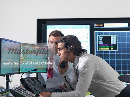 Finanzielle Händler mit Bildschirmen