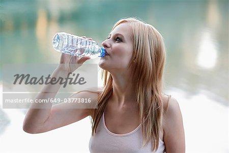 Femmes boire dans une bouteille d'eau