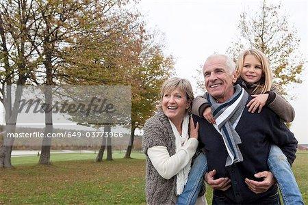 Grands-parents et petite-fille en automne
