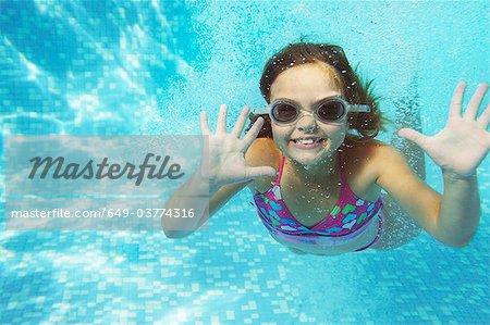 Fille nageant sous l'eau