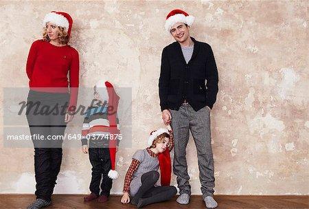 Familie mit Santa-Hüte
