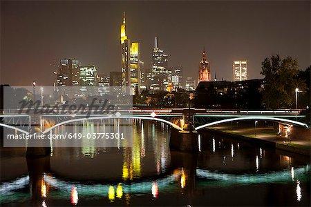 Paysage de ville de Francfort par nuit