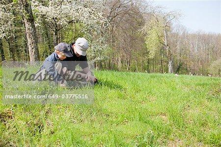 Vater und Sohn sitzen in einem Feld