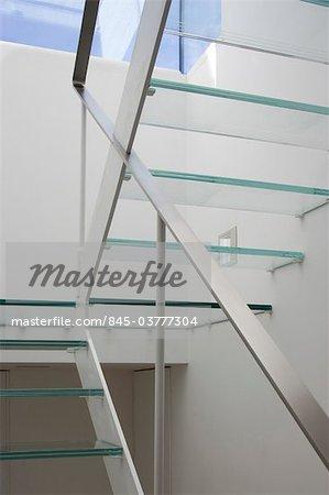 Verre de roulement escalier et rampe dans une maison victorienne, Wandsworth, Londres. Architectes : Luis Fernandez de Treviño