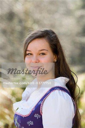 Porträt von Mädchen, die traditionelle österreichische Kleidung, Salzburg, Österreich