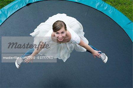 Adolescente portant robe de ballerine et de Jeans sauter sur le Trampoline