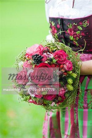 Gros plan de mariée porter traditionnel autrichien Tracht