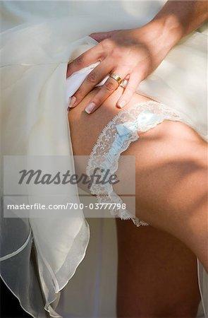 Nahaufnahme der Braut Hochzeit Strumpfband tragen