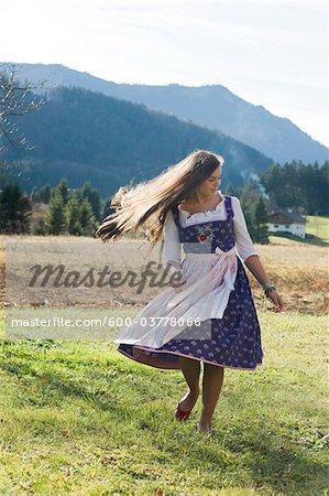 Mädchen tragen traditionelle österreichische Kleidung, Salzburg, Österreich