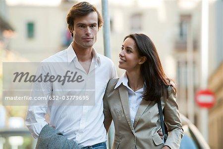Marche en plein air ensemble couple