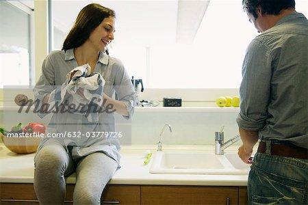 Paar waschen Gerichte zusammen
