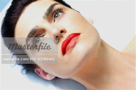 Nahaufnahme von der Frau mit der Narbe mit roten Lippenstift - erhöhte Ansicht