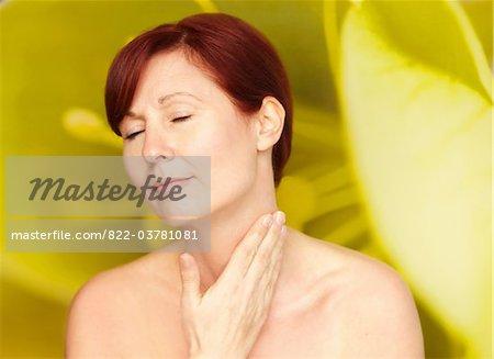 Femme avec les mains sur la nuque