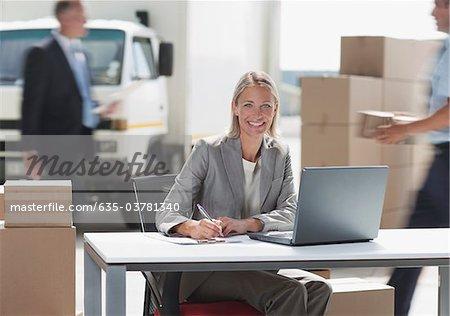 Betreuer arbeiten am Laptop im Bereich Versand