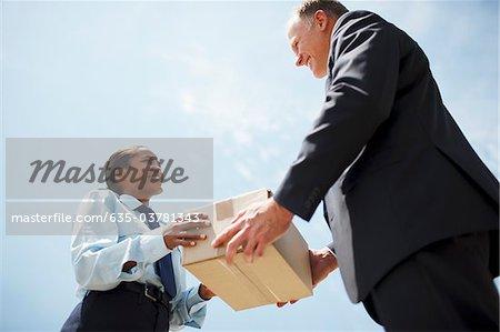 Vorgesetzten behandeln Feld an Arbeitnehmer